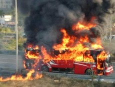 Clip xe khách cháy trơ khung trên đại lộ Thăng Long