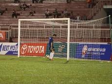 Clip: Cầu thủ Long An đứng im để CLB TP.HCM ghi 3 bàn