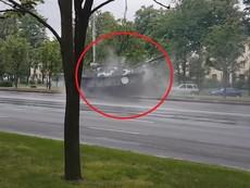 Xe tăng chạy tốc độ cao suýt lật sau cú đâm cột điện