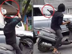 Clip: Kẻ cầm dao điên cuồng chặt kính xe hơi ở TP.HCM
