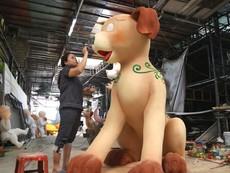 Gia đình nhà chó chuẩn bị xuống đường hoa Nguyễn Huệ