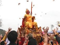 Xòe tay hứng lộc 'Vua ban' tại lễ hội đền Sái