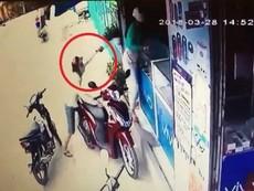 Clip: Cô gái bị tên cướp kề dao vào cổ, cướp điện thoại