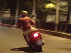 Cô gái chạy xe máy ôm cua như tay đua thứ thiệt