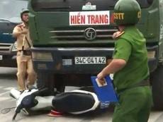 Clip: Xe tải tông nát xe cảnh sát giao thông ở Hải Phòng