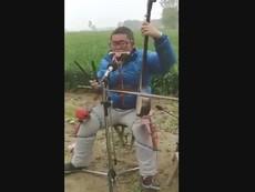 Chàng trai có khả năng chơi 5 loại nhạc cụ cùng một lúc