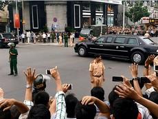 Người Sài Gòn đội mưa vẫy chào đoàn xe Tổng thống Obama