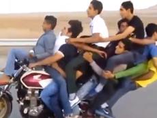 Clip hoảng hồn 11 thanh niên trên một chiếc xe máy