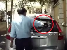 Clip bảo vệ lén bẻ cần gạt nước ô tô rồi vứt đi