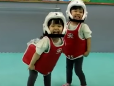 Trận đấu võ siêu dễ thương giữa 2 bé gái