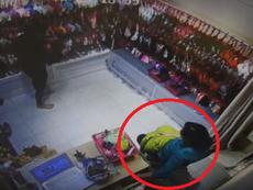 Clip: Cô gái vờ mua quần áo để trộm tiền trong shop