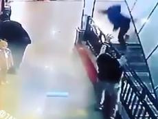 Clip: Hi hữu chàng trai chụp được bé rơi cầu thang