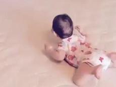 Clip: Ngộ nghĩnh xem bé tập trườn như ếch nhảy
