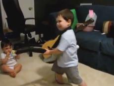 Clip cậu bé 2 tuổi chơi guitar thu hút hàng triệu lượt xem