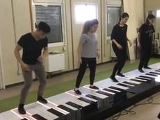 Bản cover Despacito bằng đàn piano khổng lồ