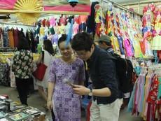 Tiểu thương chợ Bến Thành mặc áo dài bán hàng