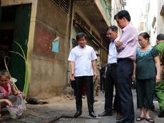Ông Đoàn Ngọc Hải kiểm tra khu chợ từng ba lần bị cháy