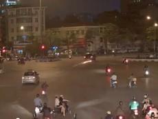 Camera ghi lại rõ nét vụ ô tô tông xe máy, kéo lê trên đường