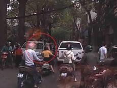 Ông Tây đấm vỡ kính ô tô đi ngược chiều ở Hà Nội