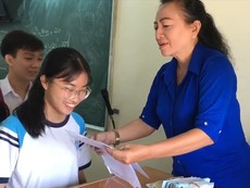 Cô giáo ở TP.HCM thưởng tiền cho học sinh được điểm cao