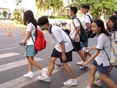 Học sinh cúi đầu cảm ơn khi tài xế nhường đường