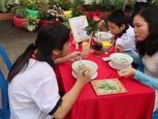Clip: Học sinh ăn sáng, trò chuyện tiếng Anh với hiệu trưởng