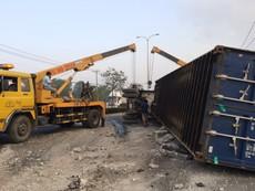 Clip: Xe container lật ngang trên quốc lộ