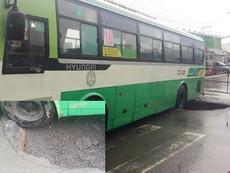 Clip:Xe buýt sụp 'hố tử thần' trên đường Nguyễn Ảnh Thủ