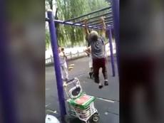 Cụ bà hít xà đơn ở công viên làm giới trẻ thán phục