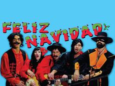 5 người cùng đánh 1 cây guitar, hát Feliz Navidad