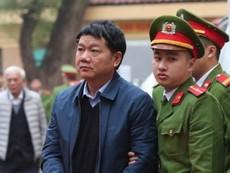 Bên ngoài phòng xử ông Đinh La Thăng và đồng phạm
