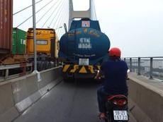 Xe bồn chiếm đường xe máy trên cầu Phú Mỹ
