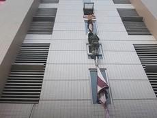 Bộ đội hướng dẫn người dân thoát cháy bằng chăn màn