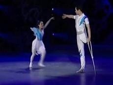 Xúc động với màn khiêu vũ của cặp đôi khuyết tật