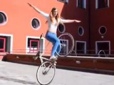Cô gái xinh đẹp 'làm xiếc' với xe đạp