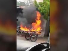 Clip: Xe ba gác bị đốt khi đậu trước cửa nhà người khác