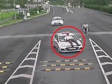 Lái xe taxi tông thẳng nhân viên bảo vệ sân bay Nội Bài