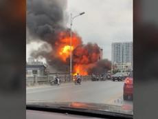 Clip hiện trường vụ cháy nhà cạnh cầu Vĩnh Tuy