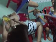 Clip: Bắt bé trai nằm ngửa cho ăn, tát liên tục vào mặt