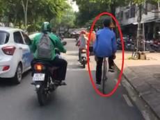 Lái xe đạp thả 2 tay trên đường Trường Sa