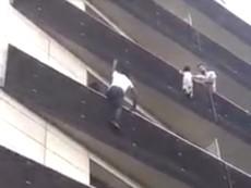 'Người nhện' cứu em bé đang treo mình ngoài ban công lầu 4