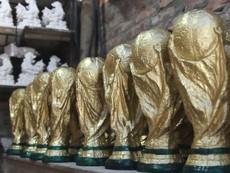 Xưởng sản xuất 'cúp vàng FIFA' giá 80.000 đồng ở Bát Tràng