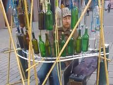 Nghệ sĩ đường phố chơi nhạc bằng... vỏ chai