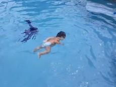 Ngạc nhiên bé 2 tuổi bơi lội tung tăng như cá trong hồ
