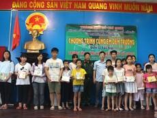 Hội CCB Sở Tư pháp TP.HCM trao 200 phần quà cho trẻ em