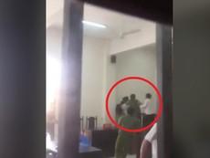 Clip: Bị đơn đánh kiểm sát viên tại tòa