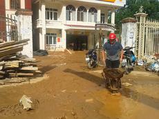 Sau lũ, hàng ngàn người dân Nghệ An tập trung dọn bùn