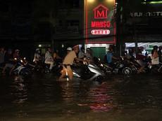 Cần Thơ: CSGT xắn quần, lội nước sửa xe bị ngập nước cho dân