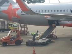 Clip: Nhân viên sân bay ném hành lý của khách