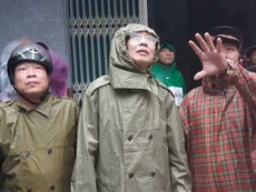 Phó Chủ tịch TP Lê Thanh Liêm thị sát tình hình bão ở Cần Giờ